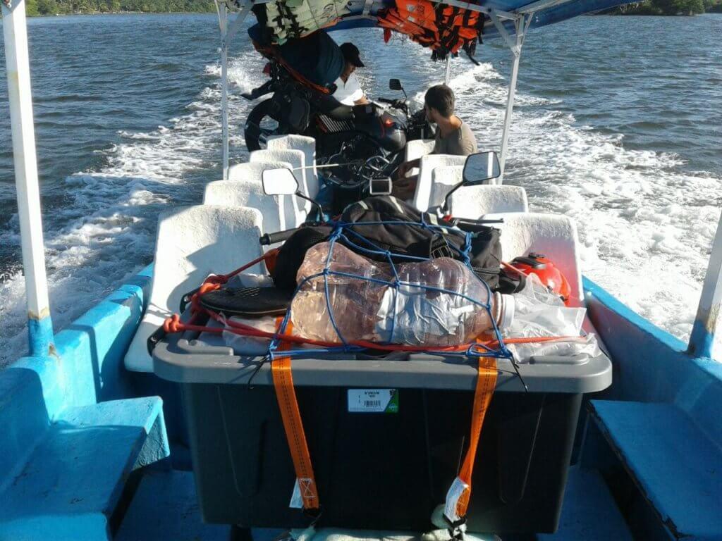 Motorrad auf Boot